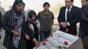 Dedicación de Las Rosas Roja Para Conmemorar a la Mártir Farkhunda