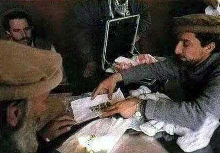 تصویری از احمدشاه مسعود حین فروش سنگهای قیمتی  مستندی از چپاول معادن یک میلیارد دالری پنجشیر looting afghanistan mines by massoud