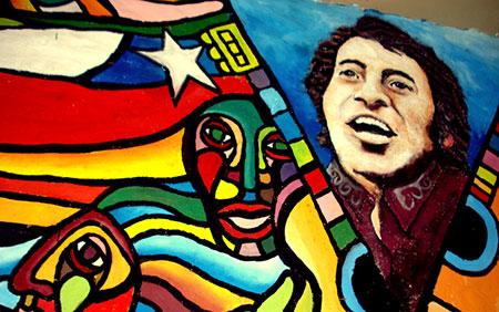امروز در سرتاسر چلی و دیگر کشورهای امریکای لاتین تصاویر یادبود ویکتور خارا دیده میشوند و آهنگهایش توسط هنرمندان کشورهای مختلف بازخوانی شده اند.